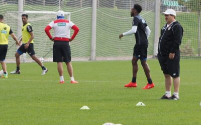 Head coach of Costa Rica Oscar Ramirez right during training